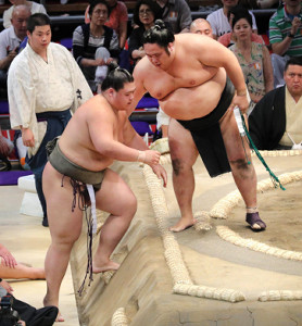 納谷(左)は千代鳳に負け3敗目(カメラ・佐々木 清勝)