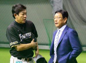 タマ筑後の1軍練習を視察した日本ハムの栗山監督(左は厚沢ベンチコーチ)
