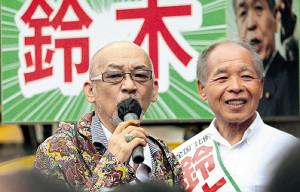 鈴木宗男氏(右)の応援で「大空と大地の中で」を熱唱した松山千春