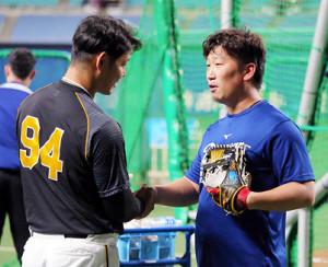 中日・高島打撃投手と握手する阪神・原口(左)
