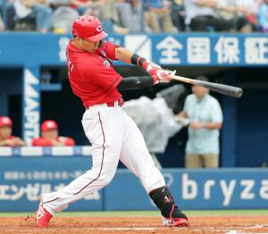 初回無死満塁、左翼線へ2点適時二塁打を放つ鈴木