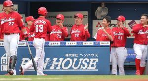 初回無死満塁、鈴木誠也の適時二塁打で先制し喜ぶ広島ナイン