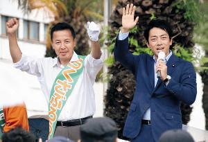 小泉進次郎氏(右)から公開指導を受けた後、両拳を突き上げるらくさぶろう氏