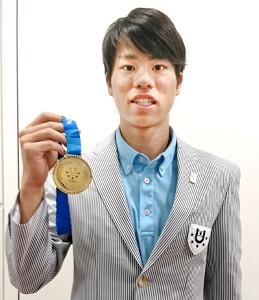 ユニバーシアードの金メダルを掲げた競歩男子の池田向希