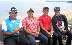 大西洋をバックに記念撮影した(左から)松山、堀川、金谷、テレビ解説の丸山氏