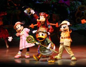 TDS「ソング・オブ・ミラージュ」に出演する(右から時計回りに)ミッキーマウス、ドナルドダック、ミニーマウス、グーフィー