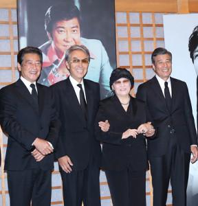 33回忌で会見を行う(左から)神田正輝、石原伸晃、石原まき子、舘ひろし