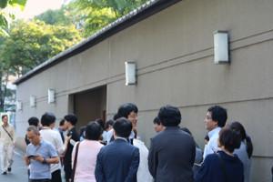 第161回芥川賞・直木賞の選考会場となった東京・築地の新喜楽前には多くの取材陣が詰めかけた