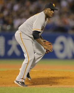 8回2死二塁、青木の打球を足に受けたデラロサ(カメラ・上村 尚平)