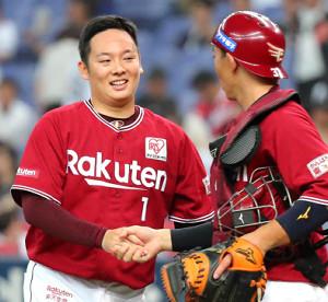 最後を締めて嶋(右)と握手を交わす松井