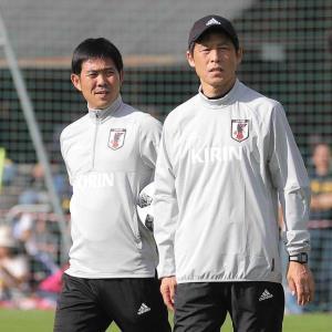 昨夏の森保氏(左)と西野氏