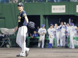 8回、勝ち越しを許した藤川(左)は、喜ぶ中日ナインの前でガックリ(カメラ・保井 秀則)