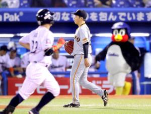 5回無死一、二塁、青木宣親(手前)に勝ち越しの3ラン本塁打を打たれた大江竜聖(カメラ・中島 傑)