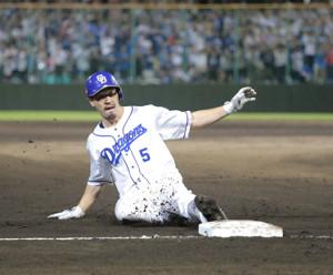 8回1死一、二塁、阿部寿樹が中越えに2点勝ち越しの適時三塁打を放つ(カメラ・保井 秀則)