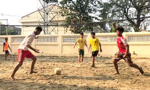 裸足でサッカーに励むミャンマーの子どもたち(米山さん提供)