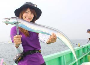 古市寿由梨ちゃんが釣った103センチの大型タチウオ(弁天屋で)