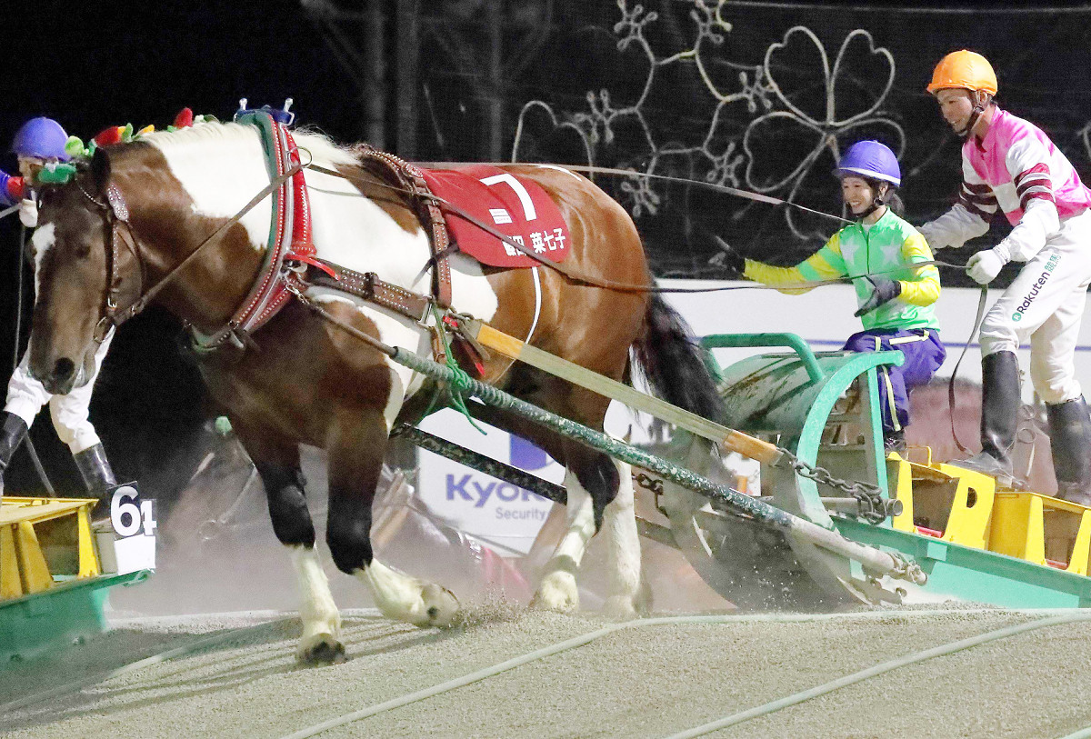 ブチオとコンビで2着に入り、総合2位タイの結果となった藤田菜七子騎手(右は舘澤直央)(カメラ・高橋 由二)