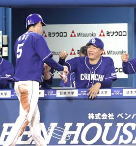 5回2死二塁、京田の左前適時打で生還した二塁走者の阿部を笑顔で迎える与田監督