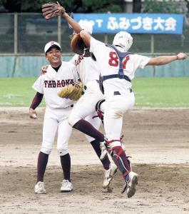優勝の瞬間、好投した中辻(左)に駆け寄る松本捕手ら