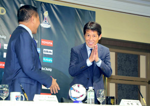 西野監督は就任会見を終え、合掌しあいさつ(左はソムヨット会長)