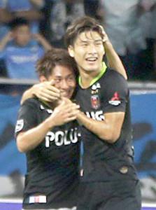 ゴールを決めた橋岡(右)と抱き合う浦和・関根