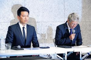 謝罪会見する宮迫博之(左)と田村亮
