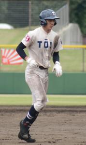試合に敗れて整列に向かう桐蔭学園の主将・森敬斗