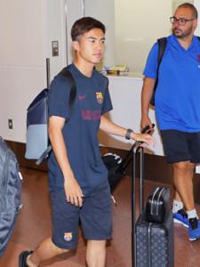 羽田空港に到着したバルセロナの安部裕葵