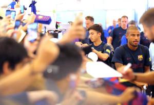 羽田空港に到着しファンにサインするバルセロナの安部裕葵