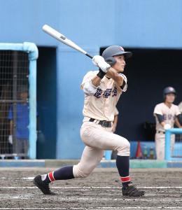5回無死、満塁本塁打を右翼場外に放った遊学館・細呂木