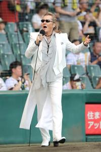 甲子園のグラウンド上でヒット曲「君がいるだけで」を歌う石井竜也