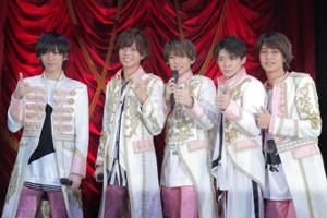 舞台上で公開フォトセッションするKing&Prince(左から)神宮寺勇太、永瀬廉、平野紫燿、岸優太、高橋海人