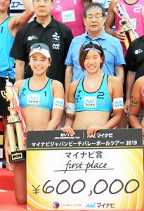 女子で優勝を飾った坂口(下段左)・村上ペアとマイナビ・中川社長(上段右)