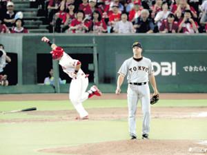 10回1死満塁、鈴木(左)にサヨナラ右前打を打たれぼう然とするマシソン(カメラ・生澤 英里香)