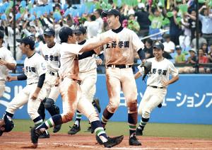 1失点完投勝利し、ナインと喜ぶ上野学園・赤坂(右から2人目=カメラ・竹内 夏紀)