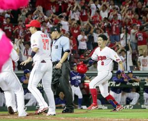 延長10回無死、左越えにサヨナラ本塁打を放ち、歓喜の表情でホームインする安部