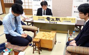 大阪・関西将棋会館での竜王戦決勝トーナメントで豊島将之名人(右)に敗れ、肩を落とす藤井聡太七段