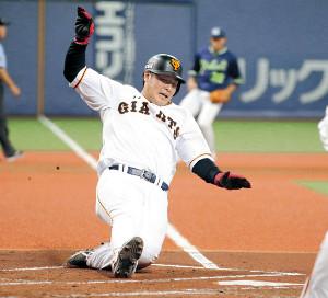 1回1死一、二塁、陽の左前適時打で生還する二塁走者・岡本(カメラ・保井 秀則)