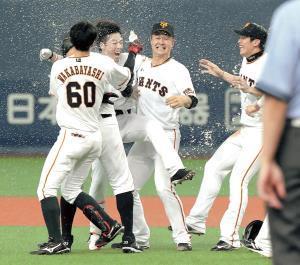 9回にサヨナラ二塁打を放った重信(左から2人目)はナインからペットボトルシャワーで手荒く祝福される(カメラ・小梶 亮一)