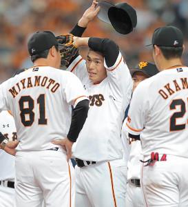1回無死満塁のピンチでマウンドの古川の元へ向かった宮本投手総合コーチ(背番号81)