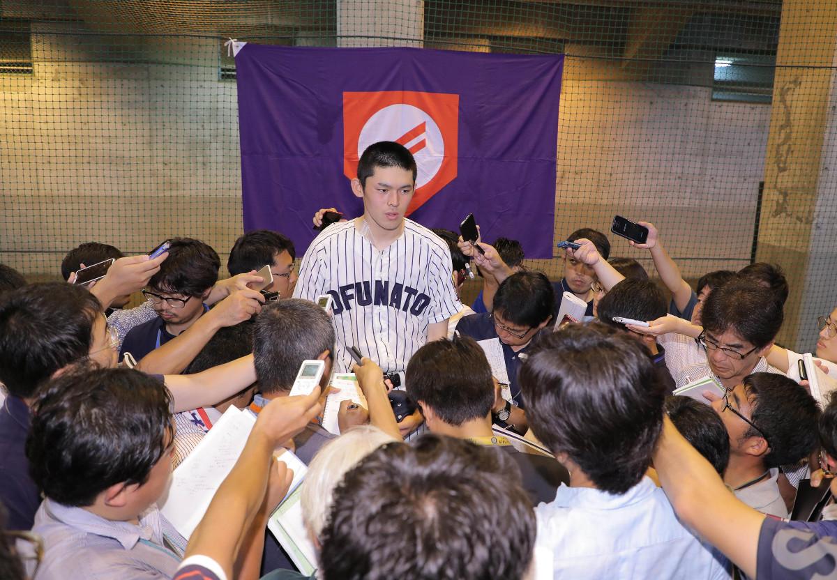 準決勝後、多くの報道陣からの質問に答える大船渡・佐々木朗希(カメラ・中島 傑)
