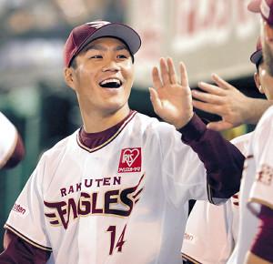 2勝目を挙げ、笑顔でナインとタッチを交わす則本昂(カメラ・佐々木 清勝)