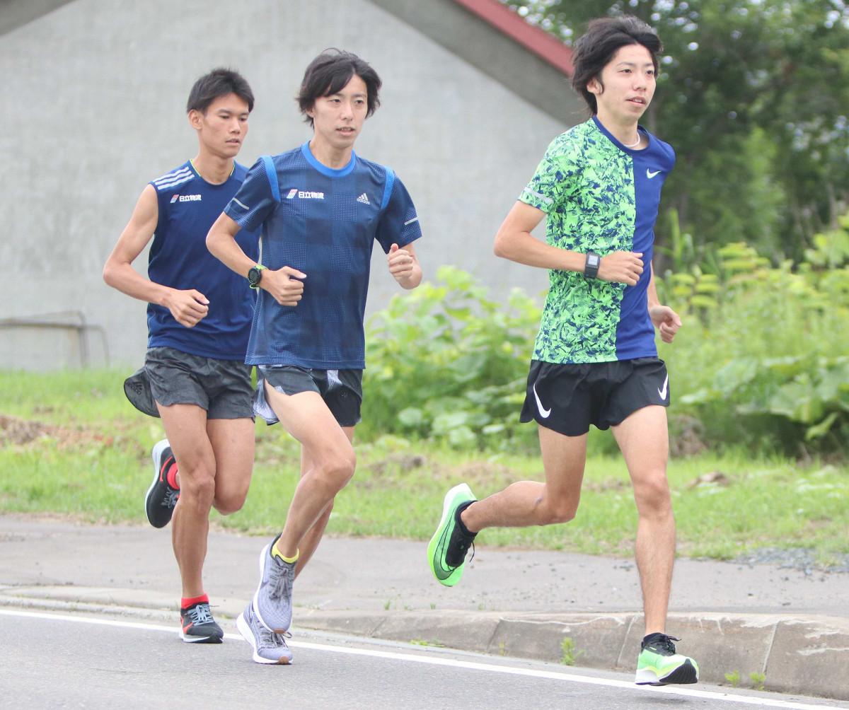 設楽悠太(右)は練習パートナーの双子の兄・啓太(中央)、日下佳祐と走り込んだ