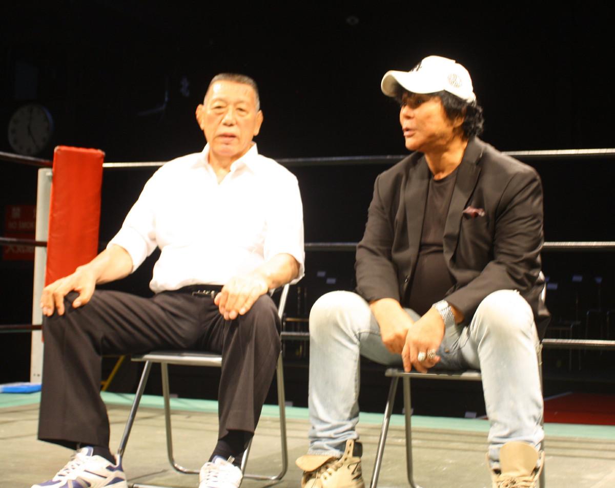 リング上で構想を語り合うグレート小鹿(左)と大仁田厚