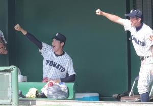 7回2死一塁、前川眞斗が左前安打を放ちガッツポーズをする佐々木朗希(左)と国保陽平監督(カメラ・中島 傑)