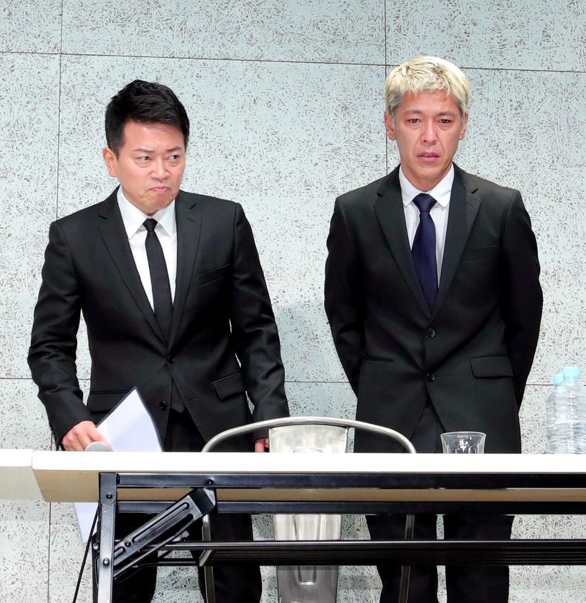 20日に会見した宮迫博之(左)と田村亮