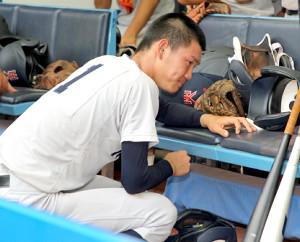 逆転負けとなりベンチでうずくまる横浜・及川(カメラ・泉 貫太)