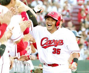 2回1死一塁、左越え2ランを放って笑顔を見せる三好