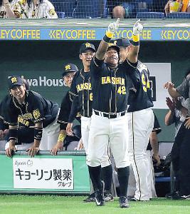 7回2死一塁、左翼席へ勝ち越しの2ランを放ったソラーテ(手前)はスタンドの阪神ファンに向かってポーズ