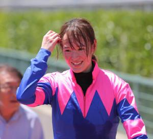 リュウグウヒメで優勝し、笑顔の藤田菜七子騎手 (カメラ・成海 晃)